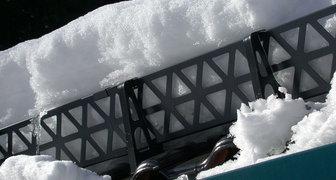 Виды и монтаж снегозадержателей на крышу