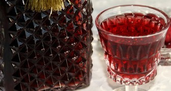Быстрая наливка из красной смородины на вине