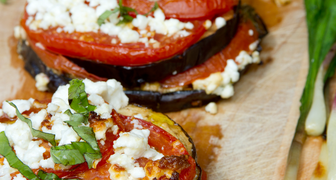 Жареные баклажаны с помидорами и чесночком