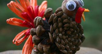 Индейка из шишек для украшения дома на День Благодарения