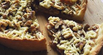 Песочный пирог с грушевым вареньем и грецкими орехами