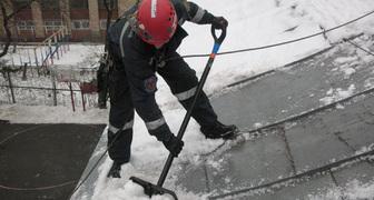Как быстро и безопасно убрать снег с крыши