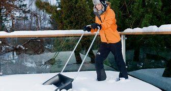 Уборка снега в саду и на территории в январе