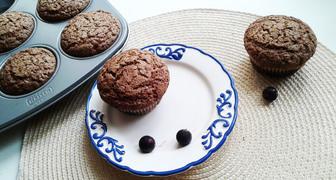 Шоколадные кексы с замороженной смородиной