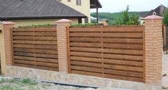 Правила покраски деревянного забора в четыре этапа
