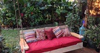Простые садовые качели для веранды и дачи