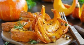 Тыква жареная ломтиками в панировке и томатном соусе