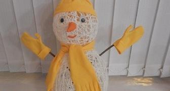 Готовим новогодние украшения: волшебный снеговик из нитей своими руками