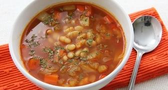 Быстрый суп с фасолью консервированной и копченостями по-венгерски